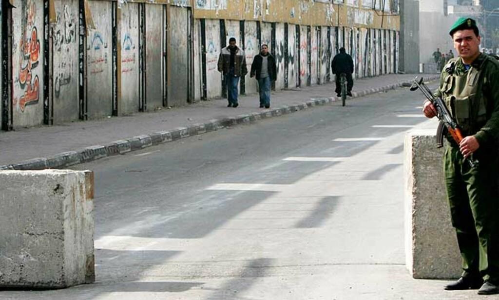 SPENT: Våpenhvilen mellom Fatah og Hamas henger i en svært tynn tråd etter nattas hendelser i Gaza. Bildet, som viser en offiser i den Abbas-tro sikkerhetsstyrken, er fra sist lørdag, da det også var trefninger. Foto: AP/SCANPIX