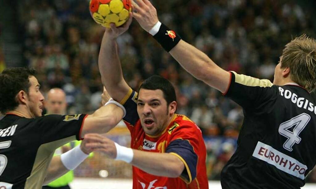 FIKK KRITIKK: Arne M. Kristiansen (i bakgrunnen i gul trøye) og kollega Kenneth Abrahamsen fikk den spanske benken mot seg under kvartfinalen mot Tyskland. Foto: AP/Scanpix