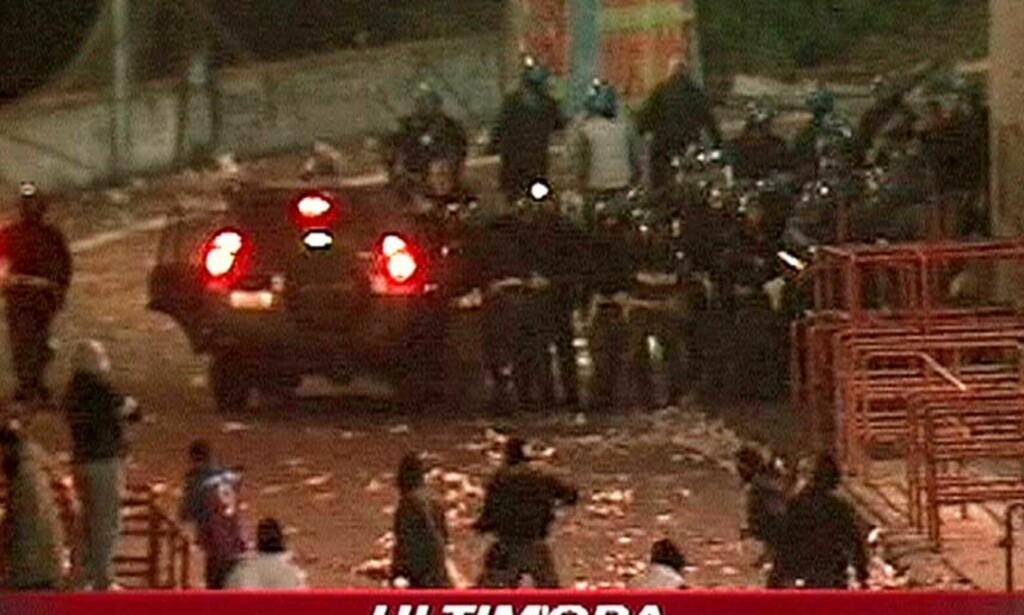 GATEKAMPER PÅ SICILIA: En politimann mistet livet etter å ha blitt truffet av en hjemmelaget bombe. Ifølge Garibaldi-sykehuset måtte over 100 fans få behandling for skader etter opptøyene. Foto: AP/SKYTG24