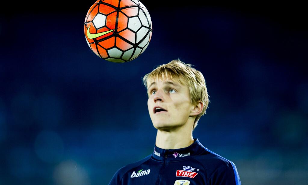 MYNDIG MED BALL: Martin Ødegaard fyller 18 år. Det betyr at gutten blir mann og får mange nye rettigheter. Det betyr også at han sannsynligvis flytter til Frankrike på nyåret. Foto: NTB Scanpix