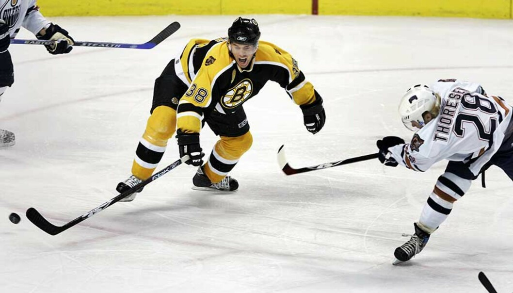 <strong><b>I SKUDDET:</strong></b> Edmunton Oilers\' Patrick Thoresen (t.h.) var god mot Bobby Allen og resten av Boston Bruins. Foto: ELISE AMENDOLA/AP/SCANPIX