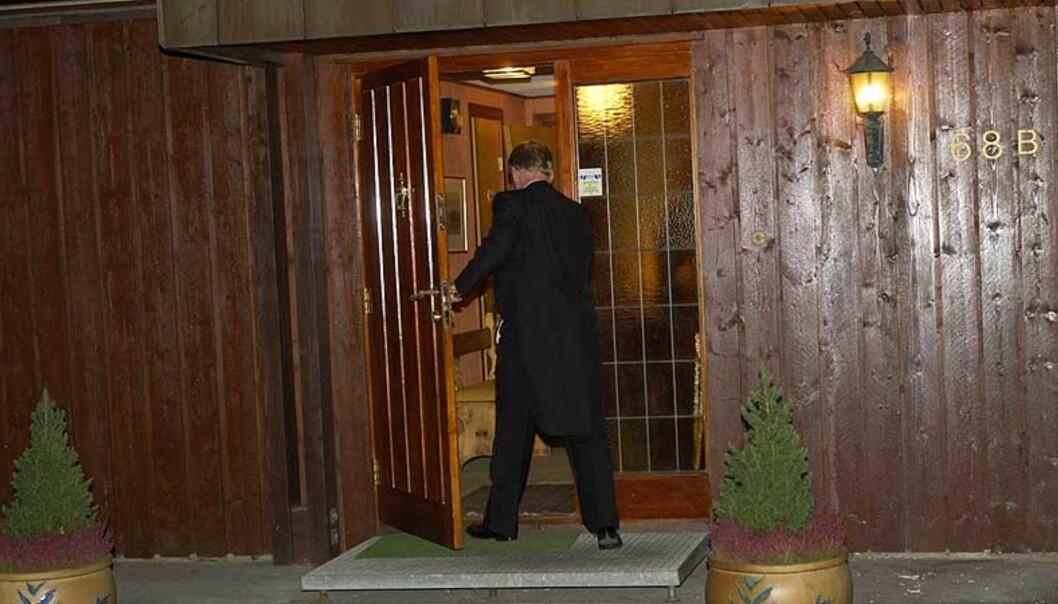 <strong><B>LUKKET DØRA ETTER SEG:</strong></B> En rasende Carl I. Hagen lukket døra etter seg i 2001, da Eli Hagen kjørte utfor slottstrappene. To år senere åpnet han dørene for Se og Hør og fikk angivelig et honorar på 100 000 kroner. Foto: Jon Terje H. Hansen/Dagbladet