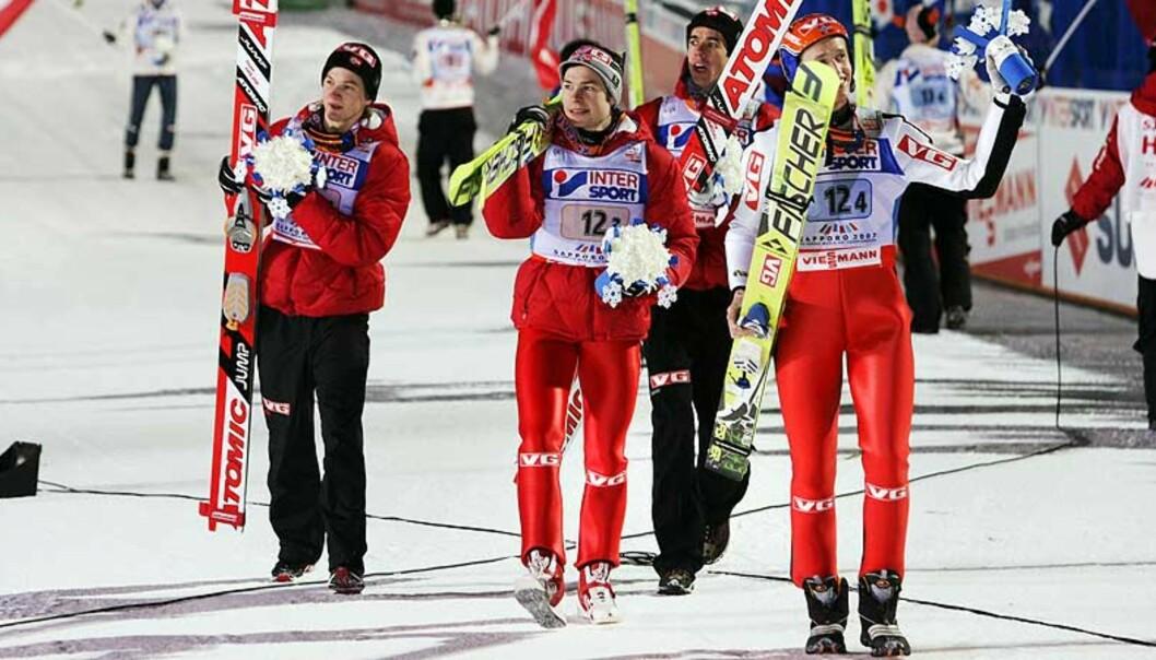 <strong><b>SØLVGLEDE:</strong></b> Tom Hilde (f.v.), Anders Jacobsen, Anders Bardal og Roar Ljøkelsøy etter andreplassen i laghopp-konkurransen i VM. Foto: Scanpix