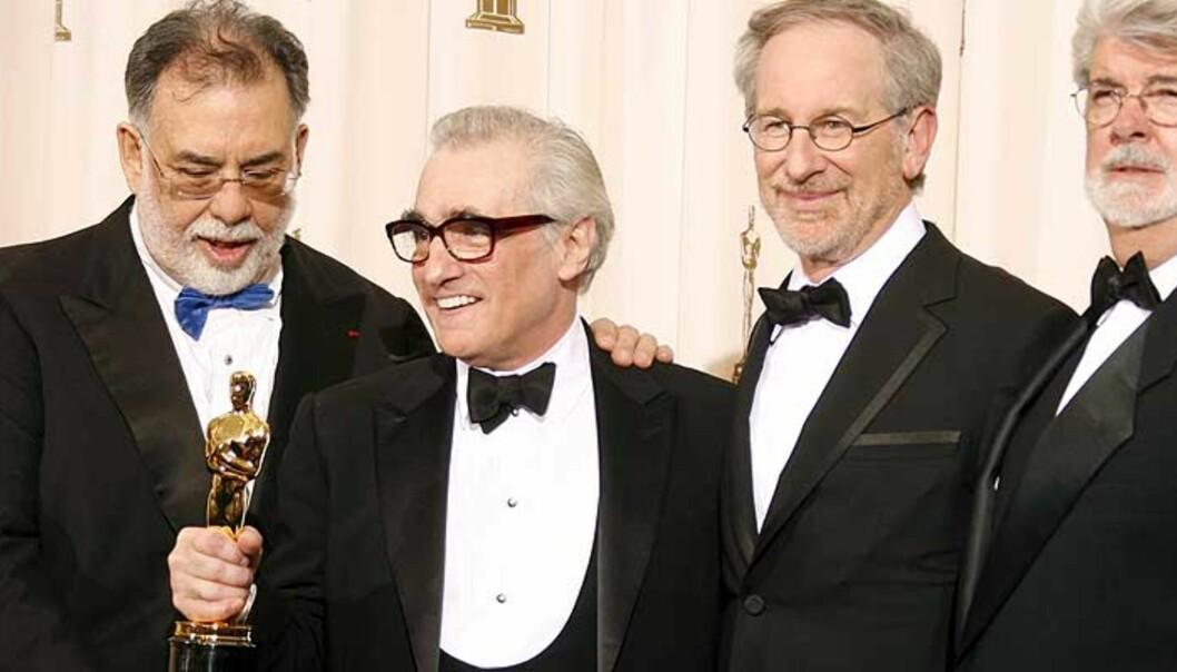 <strong><b>GAMLE HELTER:</strong></B> Frances Ford Coppola, Steven Spielberg og George Lucas delte ut prisen for beste regi til Martin Scorsese. Foto: SCANPIX