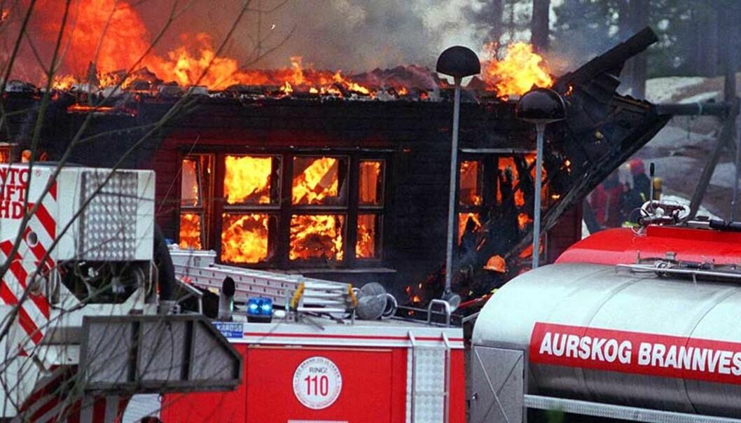 <strong><b>- MÅ RAPPORTERES:</strong></b> Norsk brannvernforening mener rektorer ved skolene må rapportere til politiet om branner. (Dette arkivbildet er fra Garderåsen skole i Fetsund. Politiet mente at brannen i 2000 var påsatt.) Arkivfoto: Scanpix
