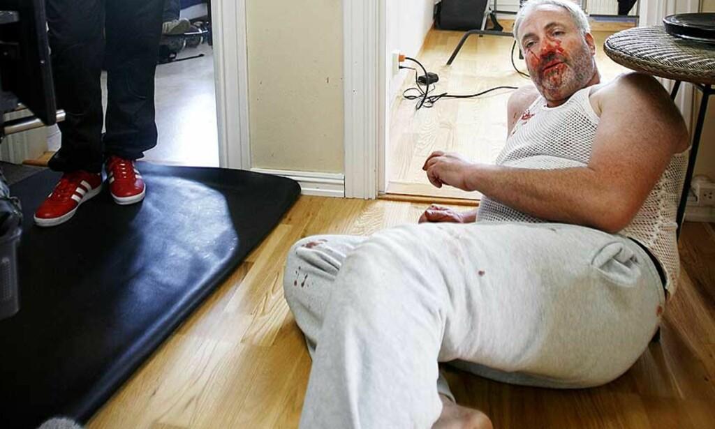 MØKK LEI: Her ligger Kim Bodnia i en leilighet på Lambertseter under innspillingen av «Sebastians Verden» i august. Bodnia har fortsatt ikke fått fullt oppgjør for jobben. Foto: HANS ARNE VEDLOG