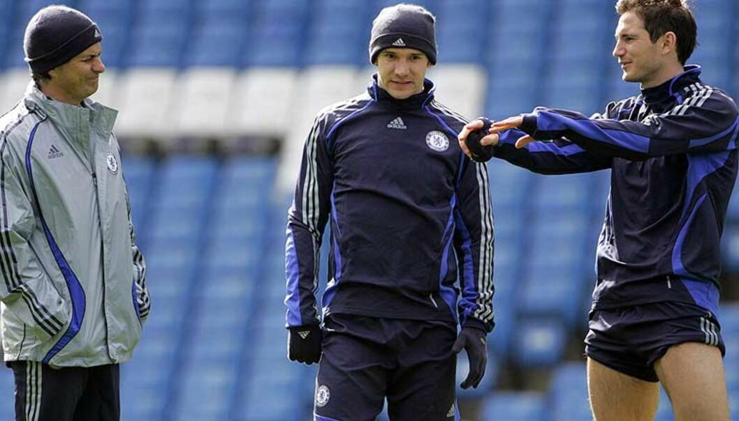 <strong><b>IKKE REDD:</strong></b> Jose Mourinho ser plaget ut av det Frank Lampard forteller ham og Andrej Sjevtsjenko. Men sparken er ikke Chelsea-manageren redd for. Foto: Reuters/Scanpix