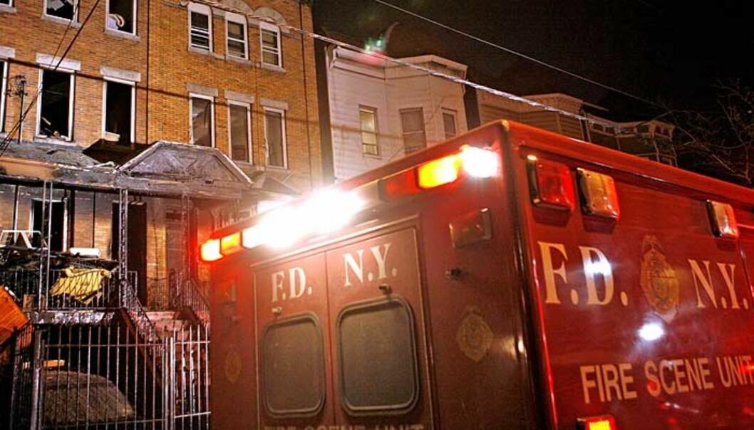 <strong><b>BRANNTRAGEDIE:</strong></b> Åtte barn og en voksen døde i en brann i Bronx i morges. Fire familier med 17 barn  bodde i blokka. Foto: SCANPIX/AP