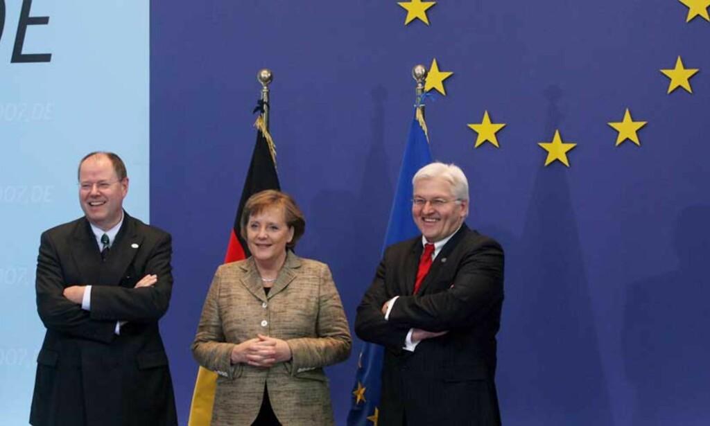 ØNSKER VELKOMMEN: Tysklands finansminister Peer Steinbrueck, forbundskansler Angela Merkel og utenriksminister Frank-Walter Steinmeier ønsker velkommen til EU-toppmøtet i Brüssel. Det er knyttet store forventninger til å få til en enighet om klima- og energispørsmålene på møtet. Foto: Scanpix