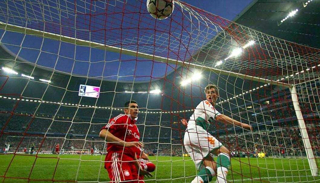 <strong><b>FØRST PÅ BALLEN:</strong></b> Innbytter Markus Rosenberg har nettopp headet inn 1-1, Lucio klarte ikke å stoppe svensken. Foto: EPA
