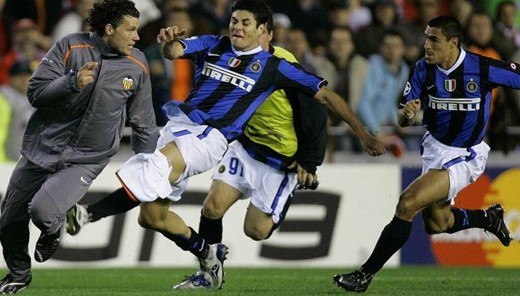 <strong><B>EN JAGET MANN:</strong></B> David Navarro unnslapp taklingsforsøkene fra rasende Inter-spillere etter at han brakk nesa på Nicolas Burdisso. Men selv etter at UEFA ila ham sju måneders utestengelse flommet hatbrevene inn til Velancias klubbkontor. - Det har vært en helvetes tid, sier Valencia-spilleren. Foto: AP