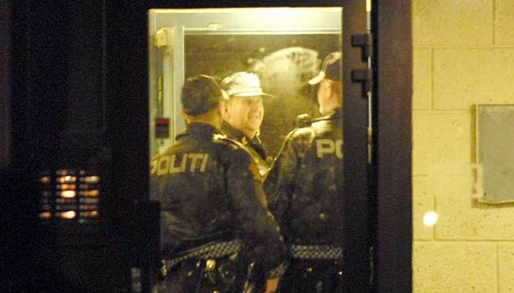 <strong><b>ETTERFORSKER:</strong></b> Politiet har sperret av atkomsten til Granstangen 32A og kontrollerer alle som går inn og ut, samtidig som tekniske åstedsgranskere er i sving inne i blokka. Foto: JOHN TERJE PEDERSEN