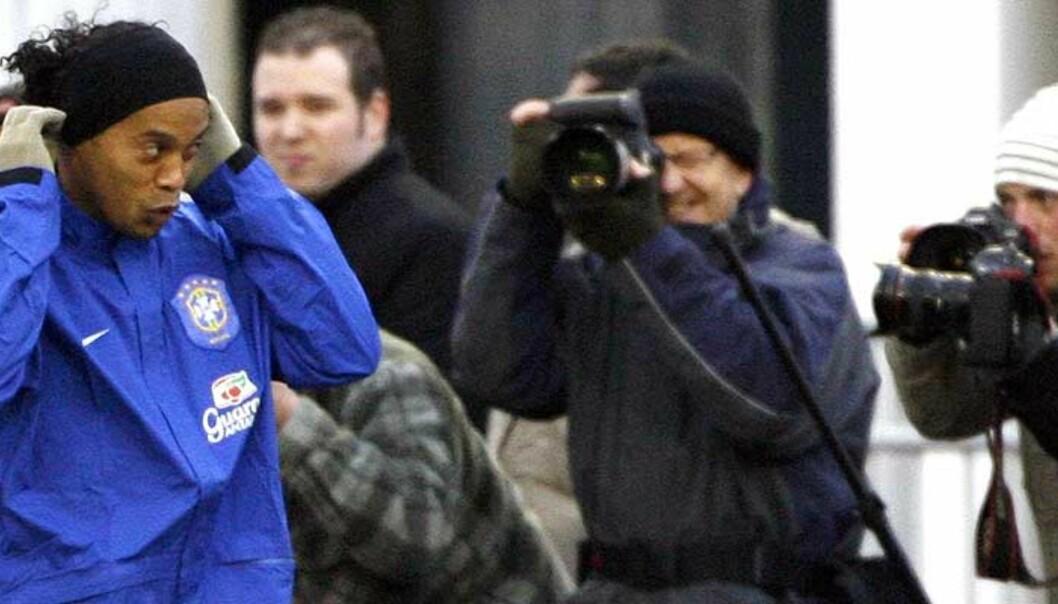 <strong><b>ANGREP BUSSEN:</strong></b> Ronaldinho viser seg fram for fotografene i Gøteborg. Men ikke alle svenskene var like glade for brasilianernes ankomst. Foto: Bob Strong/Reuters/Scanpix