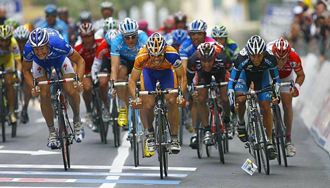 <strong><b>STJAL SEIEREN:</strong></b> Like før mållinjen snek Oscar Freire seg forbi Alessandro Petacchi, Tom Boonen, Robbie McEwen og de andre spurtkanonene. Foto: AP