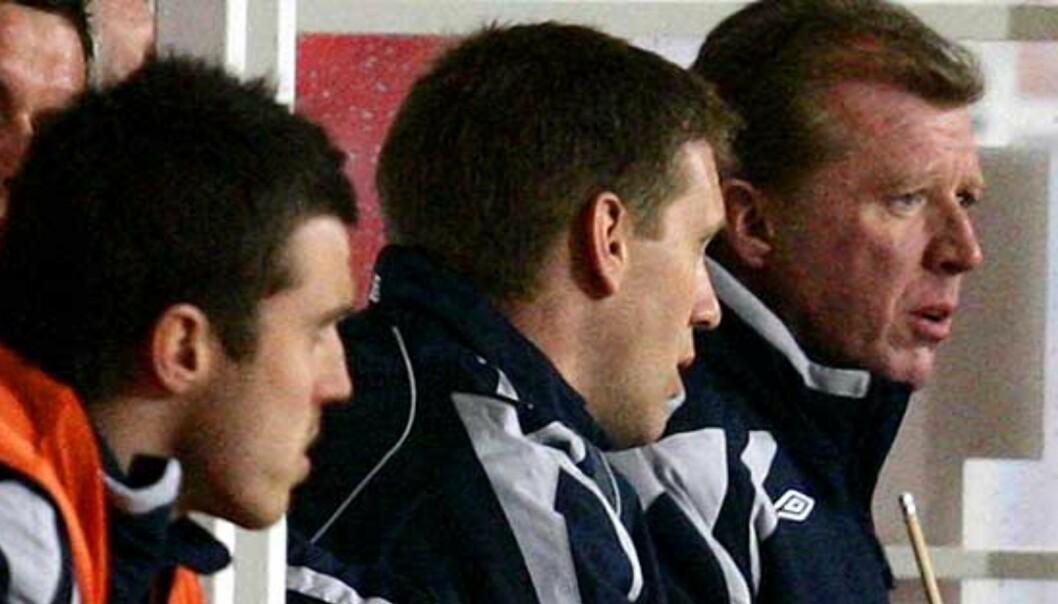 <strong><b>FÅR IKKE HVILE:</strong></b> Steve McClaren (t.h) brukte under ett minutt på engelsk presse i går kveld. Da hadde han fått nok. Foto: Scanpix/Ap