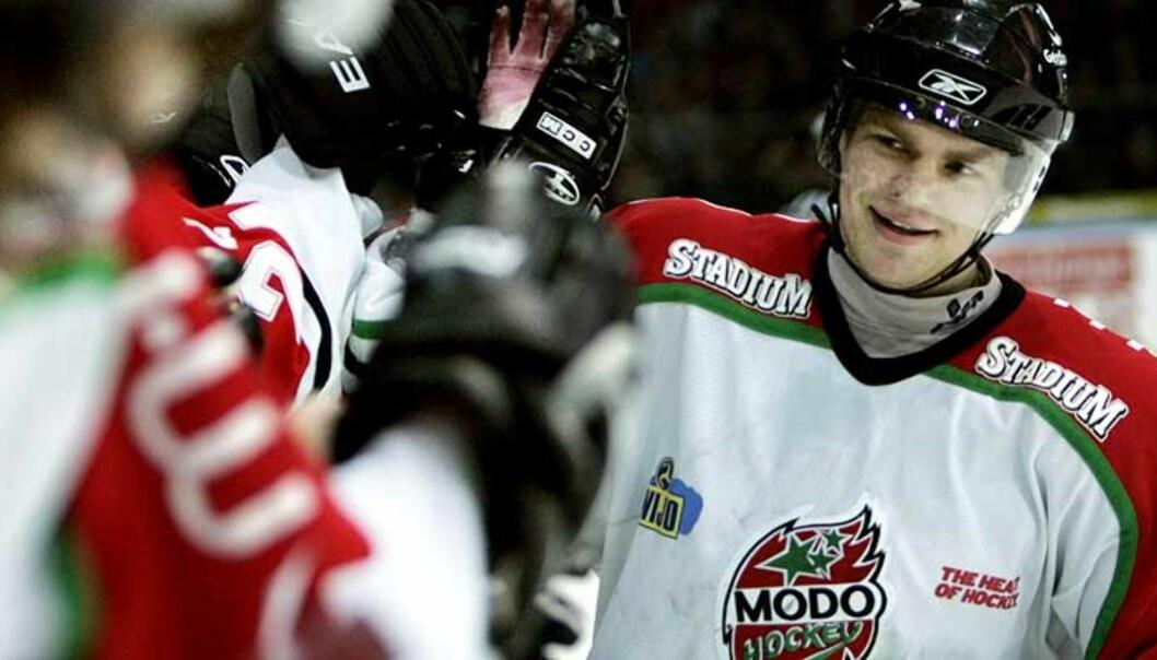 <strong><b>GLAD:</strong></b> Per-Åge Skrøder og Modo utlignet til 1-1 i kamper mot Linköping i det svenske ishockeymesterskapet. Foto: Adam Ihse/Scanpix
