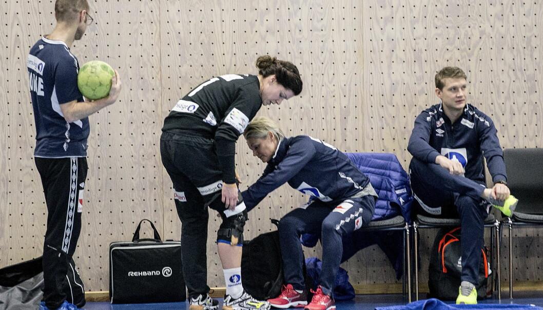 HVER TRENING OG KAMP: Kari Aalvik Grimsbø justerer på kneskinna sammen med fysioterapeut Janna Søllesvik. Den brukes i hver trening og kamp. Slik har det vært i to år. Foto: Bjørn Langsem / Dagbladet