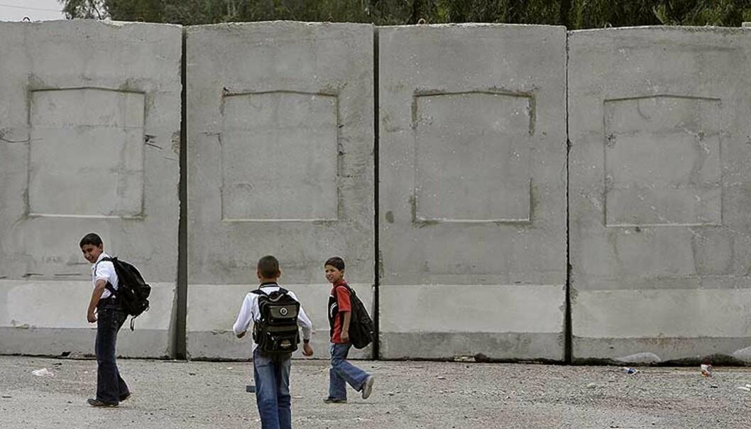 <strong><b>MUR</b>:</strong> Amerikanerne bygger en 3,6 meter høy og 5 km lang mur for å skille bydelen Azamiyah fra andre deler av Bagdad. Foto: REUTERS/Thaier al-Sudani/SCANPIX
