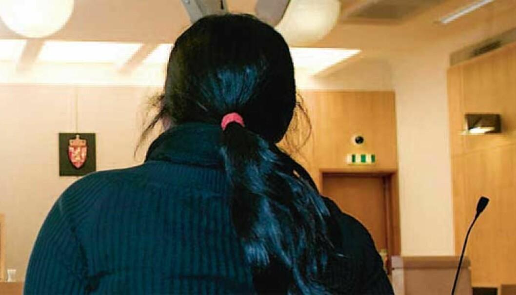 <strong><b>FÅR SKILSMISSE:</strong></b> Her forklarer kona seg om den grove mishandlingen mannen utsatte henne for i ekteparets leilighet. Foto: HENNING LILLEGÅRD