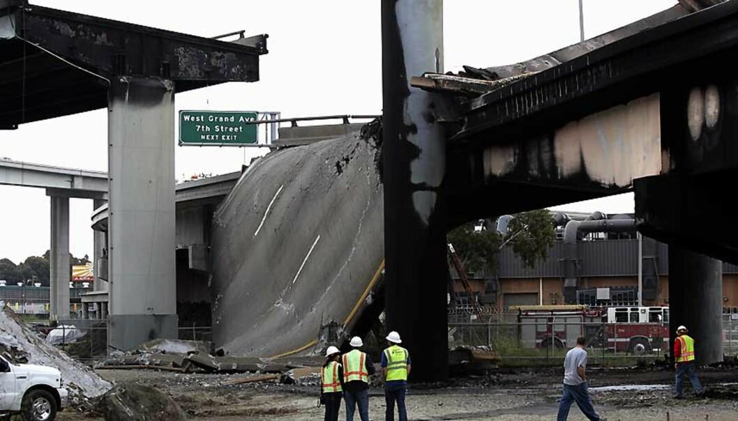 <strong><b>KRÆSJ OG KOLLAPS:</strong></b> En del av motorveien utenfor San Fransisco i California kollapset etter en tankbilulykke i dag. Foto: Kimberly White/REUTERS/SCANPIX.