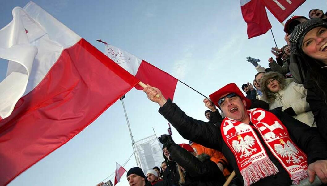 <strong><B>FLEST POLAKKER I NORGE:</strong></B> I fjor kom 7400 polske statsborgere som arbeidsinnvandrere til Norge. Her koser en gjeng seg på hopprenn i Holmenkollen 17. mars, der polske Adam Malysz vant. Foto: SCANPIX
