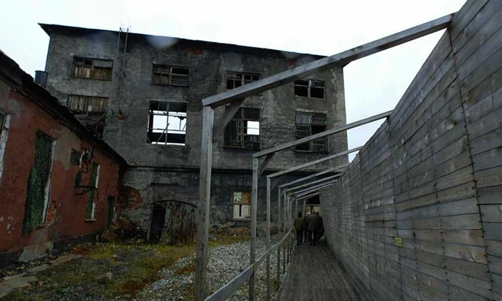 INTET NYTT FRA ØSTFRONTEN?  Forfallet er påfallende i Andrejevabukta som tidligere var Nordflåtens hovedlager for uranbrensel fra atomubåter. Området er i dag Europas verste atompøl, som det vil koste milliarder av kroner å rydde opp i. Foto: JAN-MORTEN BJØRNBAKK/ SCANPIX