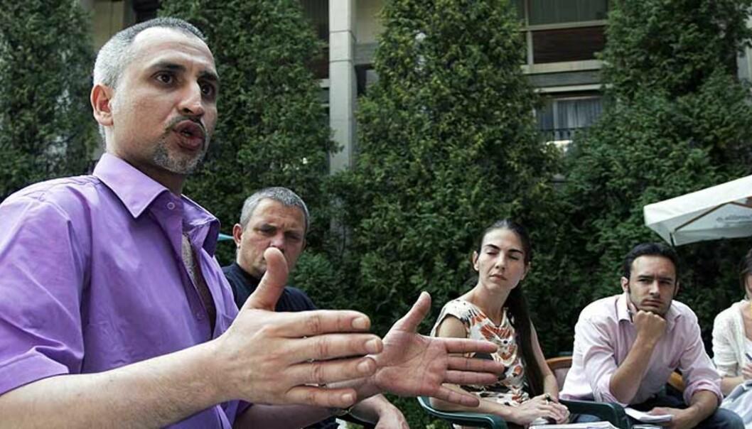 <b>SNAKKET UT:</b> Ashraf Alhajouj på torsdagens pressekonferanse i Sofia, der han for første gang snakket ut om fangenskapet i Libya. Foto: NIKOLAY DOYCHINOV/REUTERS/SCANPIX