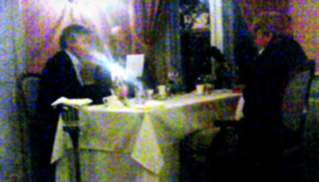 <strong><b>FLYMAT:</strong></b> Innerst i rommet, nærmest vinduet, sitter advokat Knut Solvang. Ved siden av ham PR-rådgiver Rolf Nereng. Med ryggen til sitter SV-veteran Stein Ørnhøi. Foto: ULF ANDRÉ ANDERSEN
