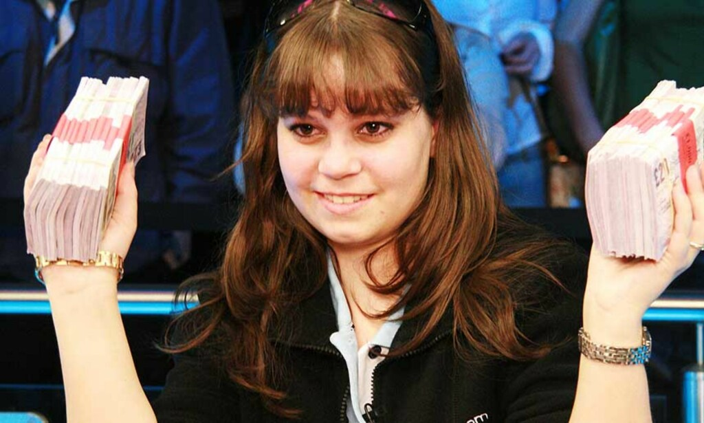 STYRTRIK: Annette Obrestad (18) med en liten del av de 11 millionene hun vant under WSOPE i London. Foto: BETSSON.COM