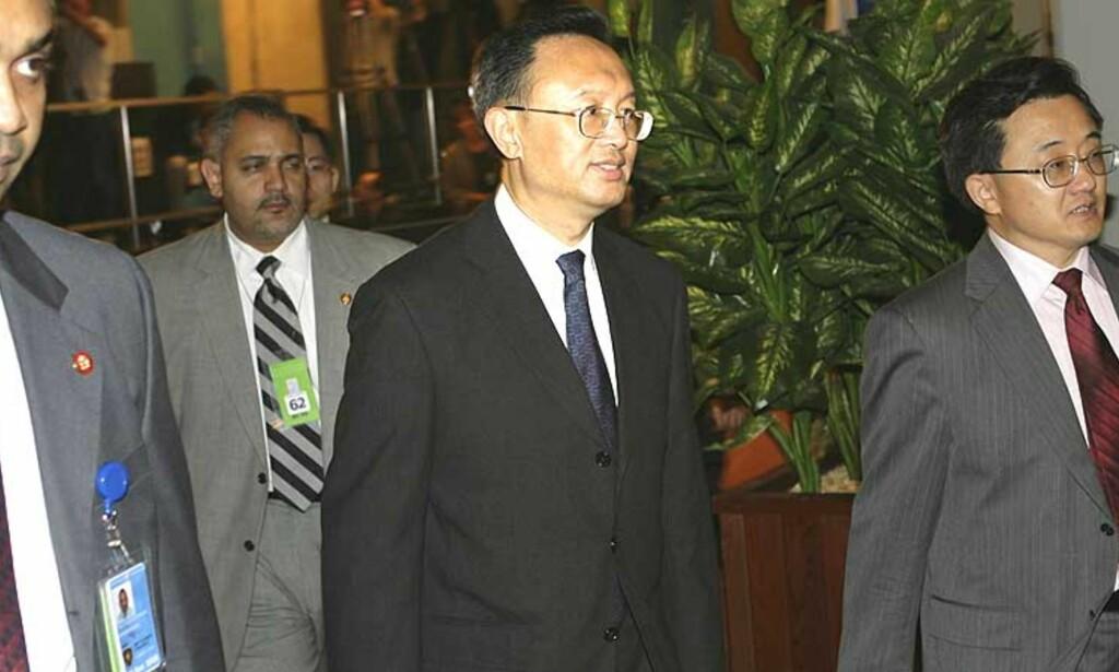 KINA BLOKKERTE:   FNs sikkerhetsråd klarte ikke bli enige om en formell fordømmelse av juntaens bruk av vold mot demonstrantene i Burma. Her ankommer Kinas utenriksminster Yang Jiechi møtet i New York i går. Foto: AP Photo