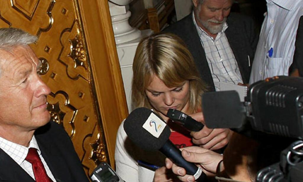 ALT PÅ BORDET:  Stortingspresident Thorbjørn Jagland orienterer media etter dagens vedtak: Stortingets presidentskap vil ha alle papirer på bordet i Frp\'s skattesak. Foto: Morten Holm, Scanpix.