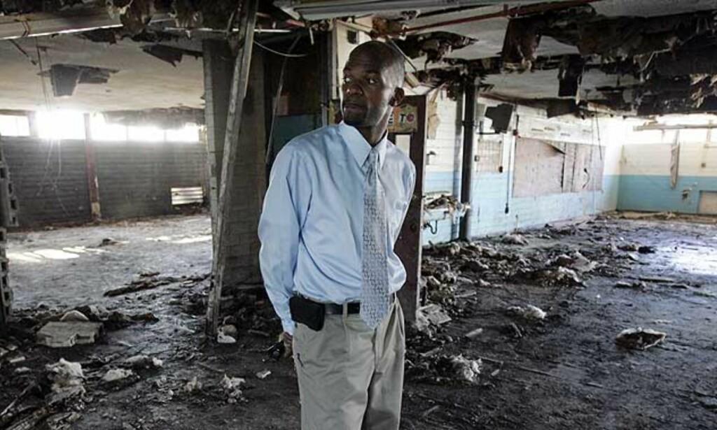 VAR VERRE FØR: Lærer Virgil Tiller i ruinenene av skolen der han jobbet før orkanen Katrina. - Før Katrina hadde delstatsmyndighetene klassifisert 68 av 108 offentlige skoler som «akademisk uakseptable», skriver artikkelforfatteren. Foto: Bill Haber/AP