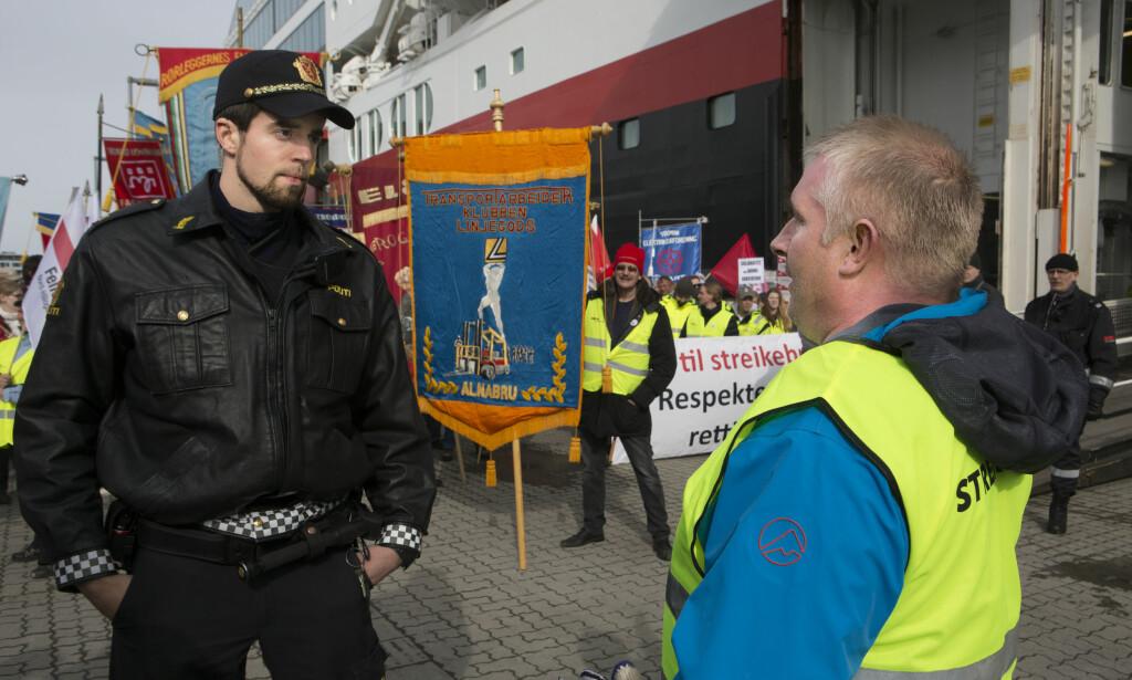 STEIL KONFLIKT: Streikende havnearbeidere i Tromsø hindret lossing av Hurtigruten i 2014. Nå skal Høyesterett ta stilling til om boikott er et grunnlovsbeskyttet kampmiddel, eller om EØS-avtalens regler om fri etableringsrett skal gå foran. Foto: Jan-Morten Bjørnbakk / NTB scanpix