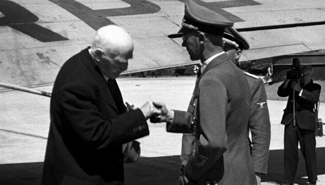 Forfatteren Knut Hamsun ankommer Fornebu flyplass etter et besøk i Tyskland. På bildet hilser Hamsun på Josef Terboven, som var kommet for å møte ham på flyplassen. Arkivfoto: Scanpix