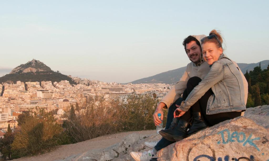 MERKESTAD: På klippen Areopagus har Andre Zaunder (25) og Sophie Ohly (23) fin utsikt over byen og Lycabettus-fjellet. Litt graffiti er også å se. Foto: Marianne Wie