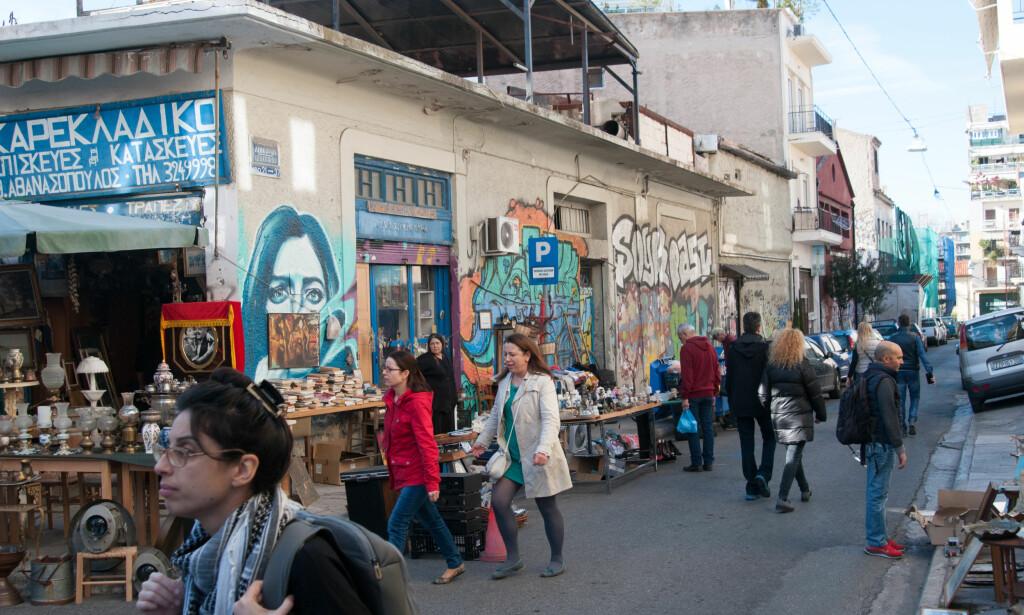 FOLKELIV: Gatene i Psiri er fulle av folk, loppemarked og gatekunst. Her lever innbyggerne livene sine på gaten. Foto: Marianne Wie