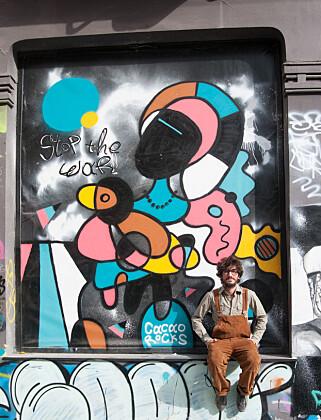 MULTIKUNSTNER: Cacao Rocks (31) er en av Hellas mest suksessfulle gatekunstnere. Flere av hans arbeider er inspirert av kubismen. Foto: Marianne Wie