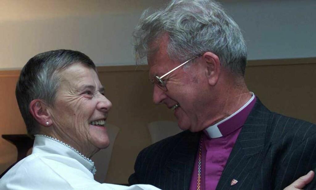 INNSATS FOR HOMOFILE: Karen-Christine Friele ble utnevnt til Ridder av første klasse av St.Olavs Orden i 2000 for sin lange innsats for homofiles rettigheter. Daværende biskop Sigurd Osberg fra Tunsberg bispedømme var en av de første til å gratulere. I 1992 ba han kirken revurdere sin holdning til homofili. Foto: Scanpix