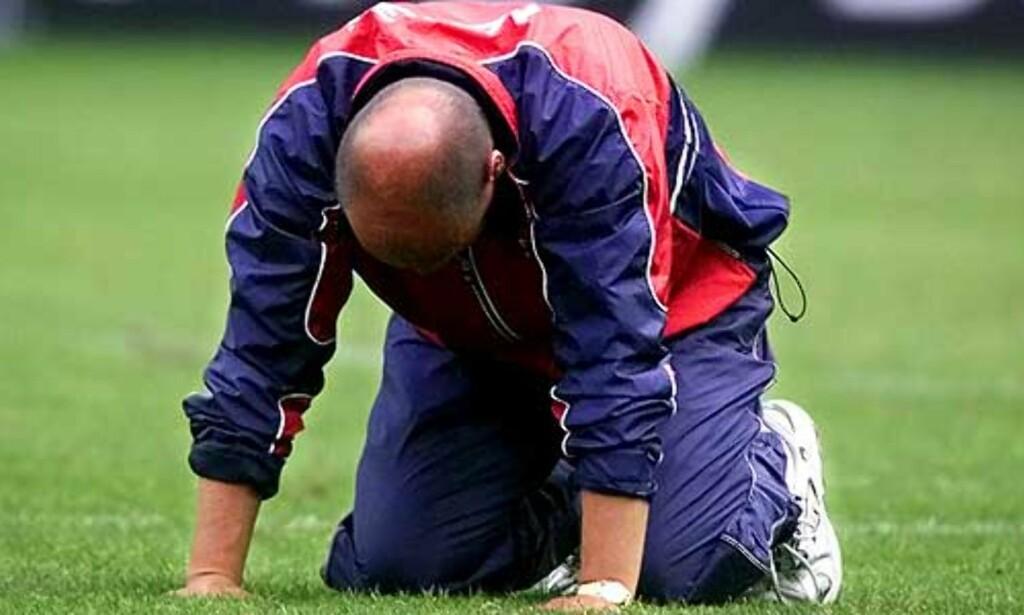 UTSLÅTT: Norge er ute av EM 2000 etter 0–0 mot Slovenia. Nils Johan Semb fortviler. Foto: Arnt E. Folvik