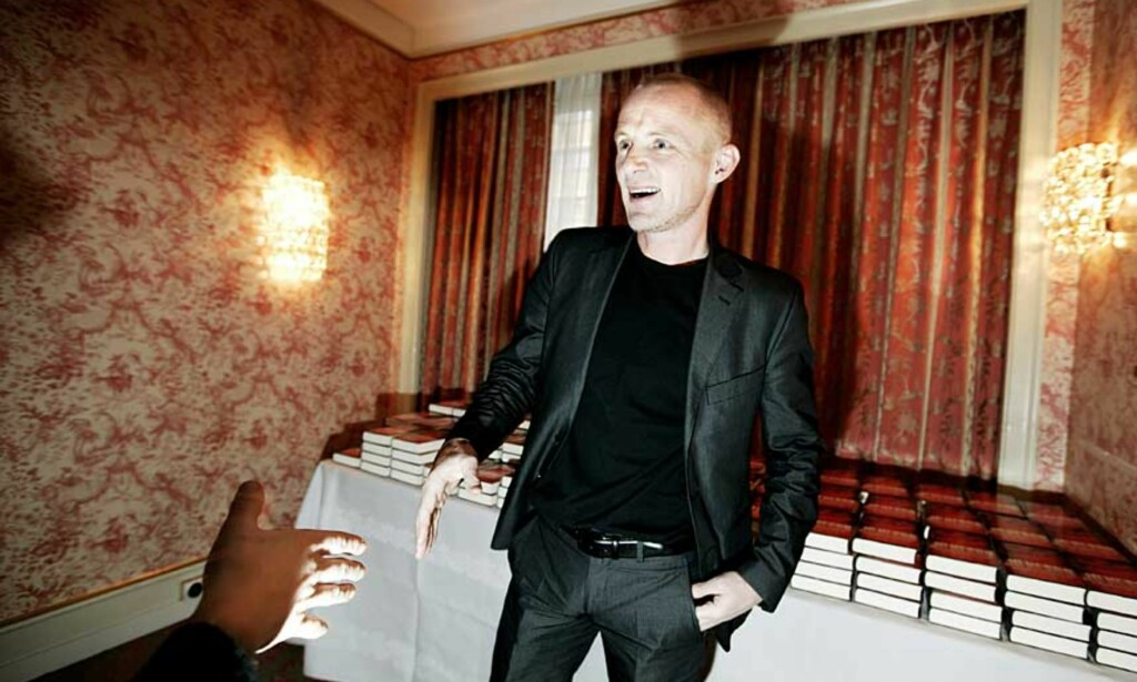 PRISES: Jo Nesbø gratuleres med Bokhandlerprisen som han i forrige uke fikk for andre gang. Foto: HENNING LILLEGÅRD