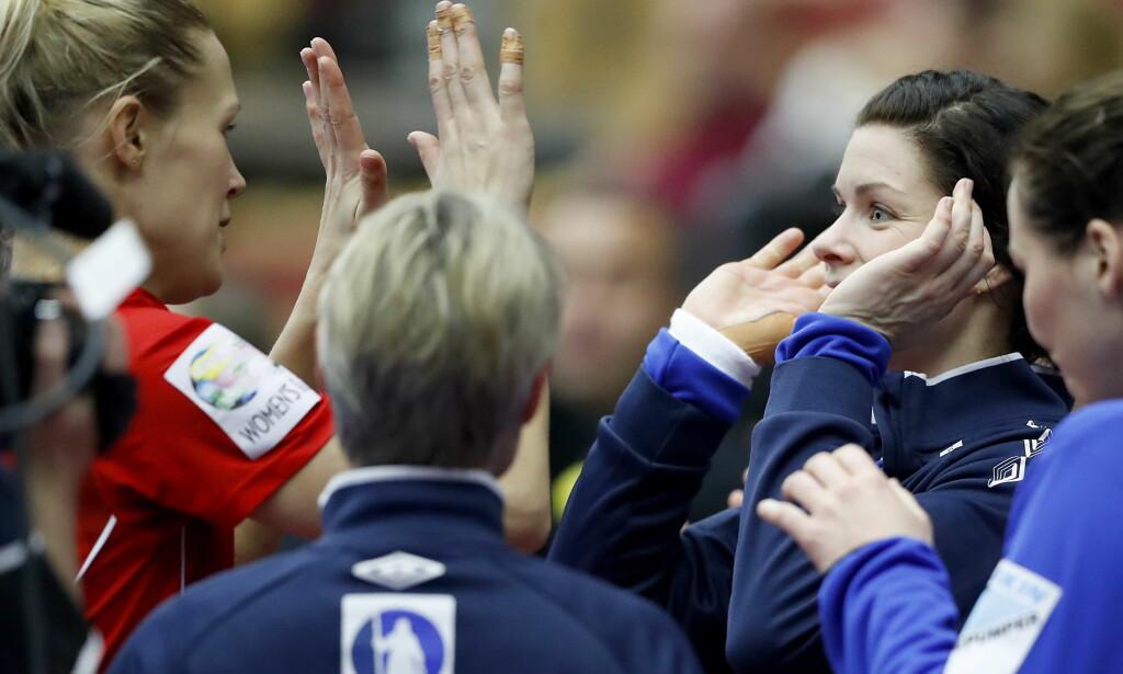 PERFEKT MESTERSKAP? Marit Malm Frafjord og Kari Aalvik Grimsbø var begge med på OL-gullet i 2008 da Norge vant alle kampene. Nå kan de gjenta bragden. I kveld venter semifinale mot Frankrike, men angrepsspillet har skapt frustrasjon. Foto: Bjørn Langsem / DAGBLADET