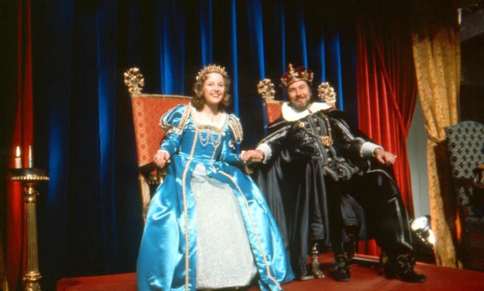 FAMILIELYKKE: Kongen, spilt av Knut Risan, får tilbake sin lille prinsesse Gulltopp, som er blitt den voksne Sonja - spilt av Hanne Krogh. Alle foto: Filmweb