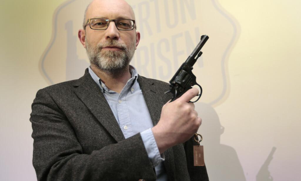 MED DEN GYLNE REVOLVER: Gard Sveen fikk Rivertonprisen, også kjent som Den gylne revolver, i 2014, for debutboka «Den siste pilegrimen». Foto: LISE ÅSERUD / NTB SCANPIX