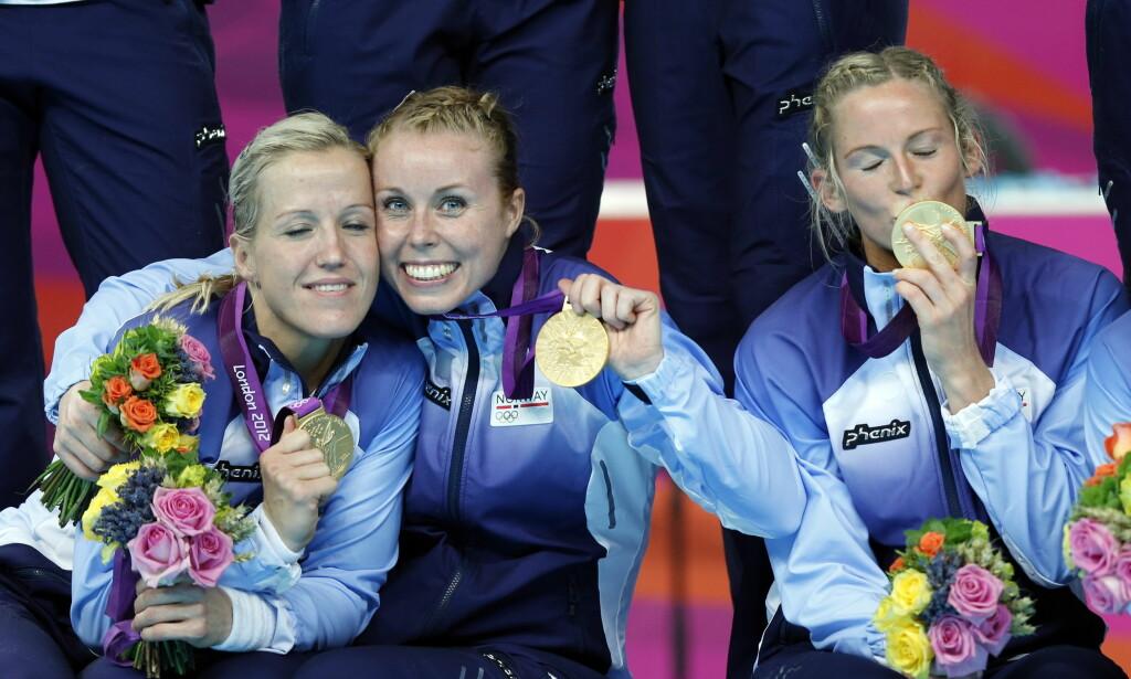 GULLJENTER: Karoline Dyhre Breivang sammen med Heidi Løke (t.v.) etter triumfen under sommer-OL i London i 2012. Til høyre sitter Ida Alstad. Foto: Lise Åserud / NTB scanpix