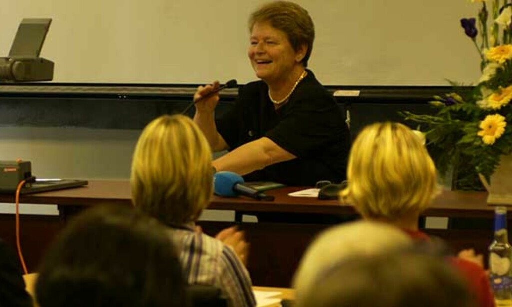 VERDIFULLE ORD: Her holder Gro Harlem Brundtland et foredrag om kvinner og ledelse på Hankø utenfor Fredrikstad i 2002. Foto: Robert S. Eik