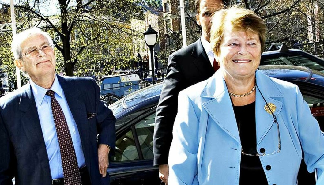 <strong><b>PÅ KRYKKER:</strong></b> Gro Harlem Brundtland flyttet sine hofteoperasjoner i Norge for å kunne ta på seg jobben som spesialutsending for klimaspørsmål i FN. Her sammen med ektemannen Arne Olav Brundtland i Oslo i fjor. Foto: NINA HANSEN / Dagbladet