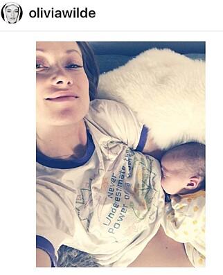 AMMING: Olivia Wilde deler med glede bilde av seg selv, der hun ammer barna. Foto: NTB Scanpix