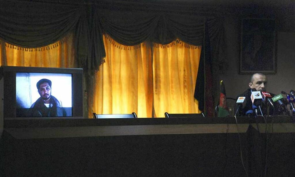 - UTLØSTE IKKE BOMBEN: Amrullah Saleh viser her fram et tv-bilde av en mann som skal ha deltatt i terrorangrepet i Kabul igår. Mannen er i live og i myndighetenes forvaring. Foto: AP/SCANPIX