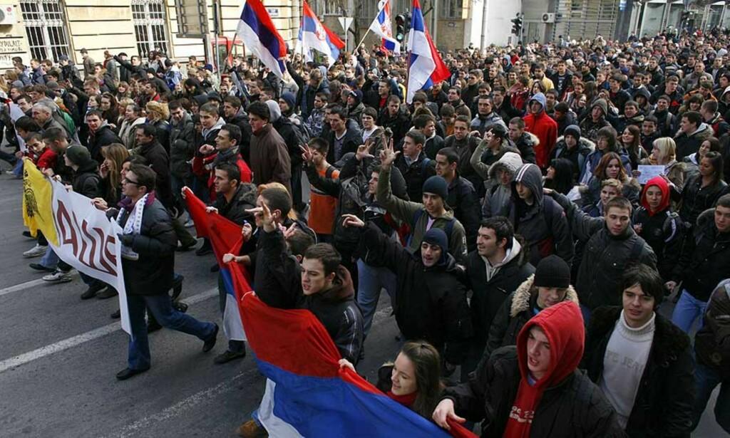PROTESTER: Store menneskemengder demonstrerte i Beograd i Serbia i dag mot Kosovos selvstendighetserklæring. Foto: Scanpix