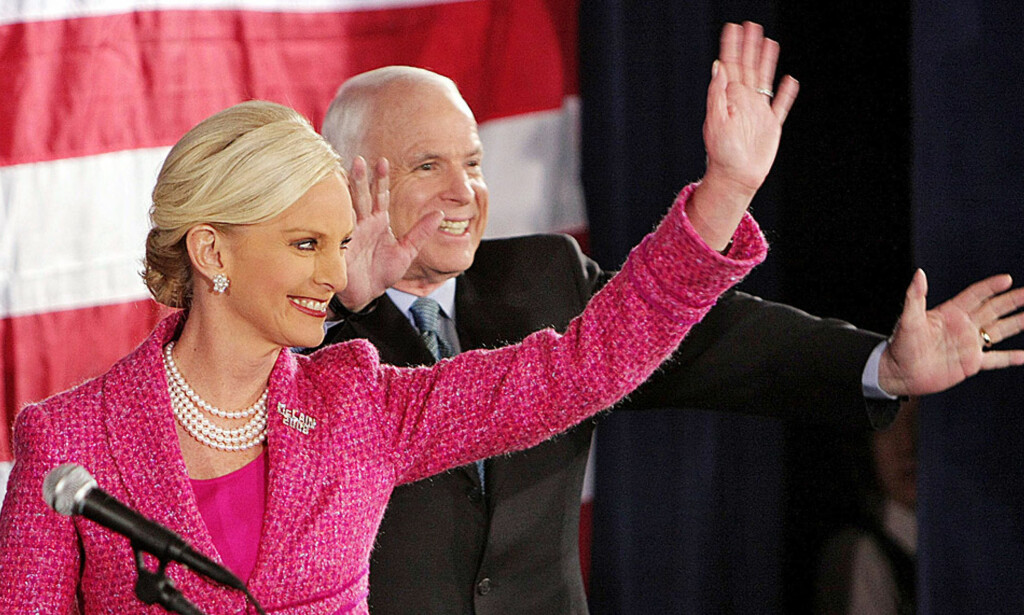 STAND BY YOUR MAN:  John McCain (71) på republikansk valgmøte i Colombus, Ohio i går sammen med sin kone Cindy (53). Foto: AFP/Scanpix
